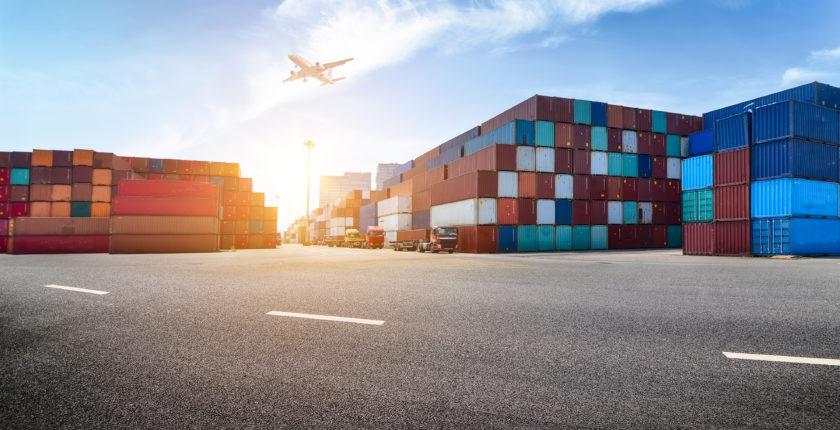 zone de logistique avec des conteneurs et un avion , gestion transport logistique alternance vente commerce ndrc bts licence master bts gtla